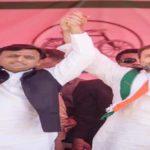 अखिलेश और राहुल की डूबने से लगता है डर , इसलिए पकड़ा एक दूसरे का हाथ