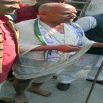 भाजपा के बागी सुदामा की वेशभूषा में पहुँचे नामांकन करने