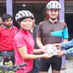 श्रीलंका से साइकिल चलाकर बलिया पहुंचा विदेशी जोड़ा