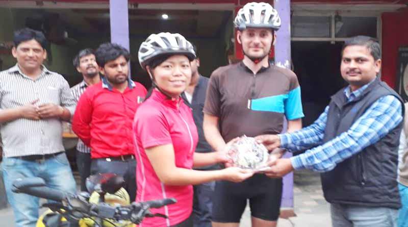 foreign couple reach ballia from Sri Lanka