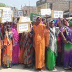 बस्ती की महिलाओं ने खोला कच्ची शराब के खिलाफ मोर्चा