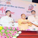 मुख्यमंत्री योगी आदित्यनाथ ने रोजगार समिट को किया सम्बोधित,बांटे सेवायोजन के प्रमाण-पत्र