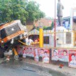 बलिया में शहीद मंगल पांडेय की प्रतिमा पर चढा ट्रक, एक की मौत
