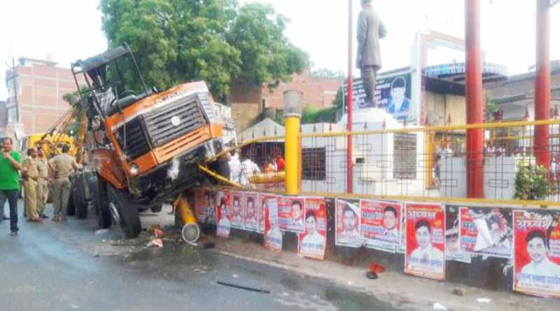 ballia truck get up on mangal pandey statue